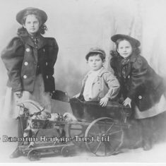 Innes, Nigel and Phyllis Hadden, this is a good example of sisters dressed in identical clothes. During the late 1800s an age related skirt length would be employed, with the eldest sister wearing the longest skirt. | Dacorum Heritage Trust